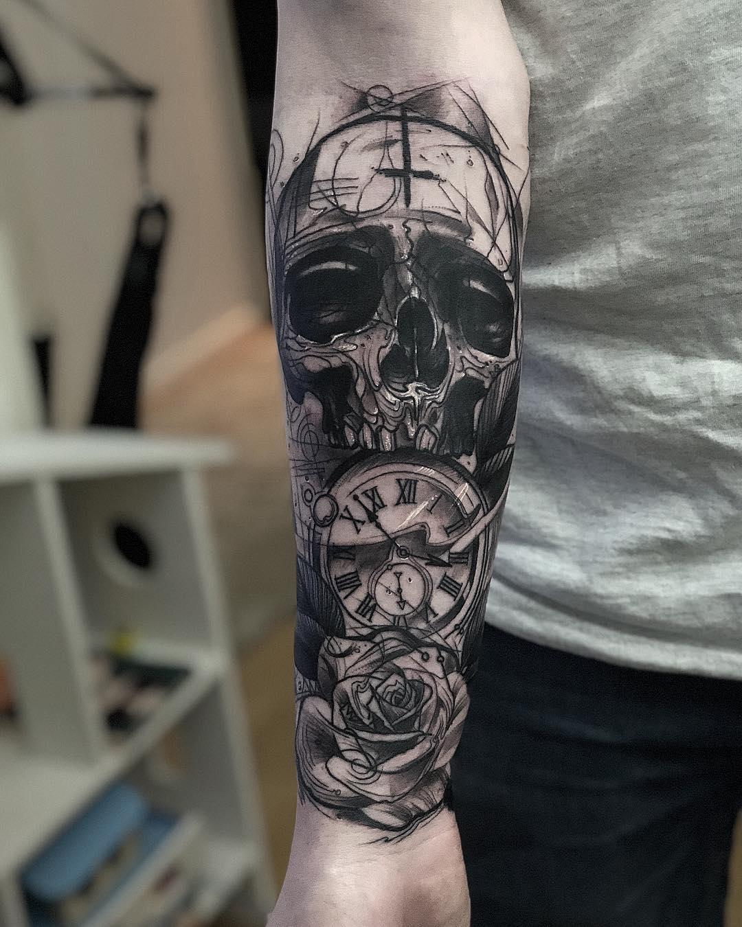 邹先生小臂写实骷髅钟表玫瑰纹身图案
